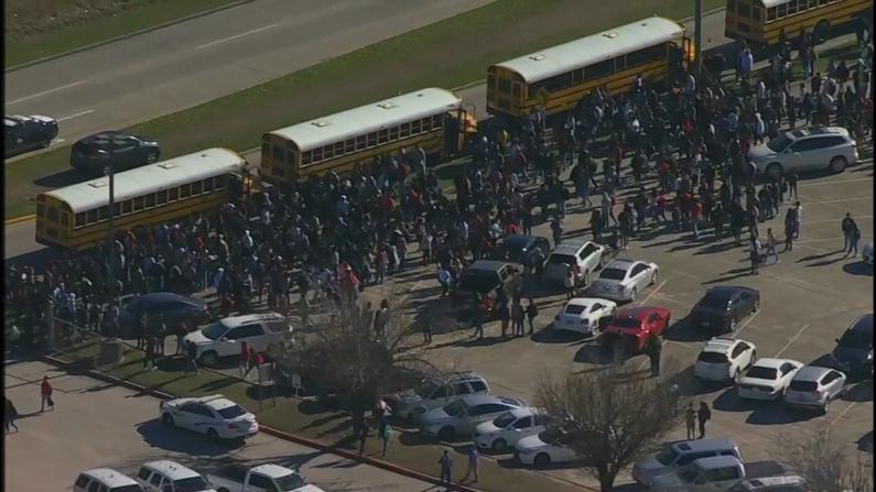 无知还是蓄意?德州高中食堂烟花爆炸 4000师生撤离