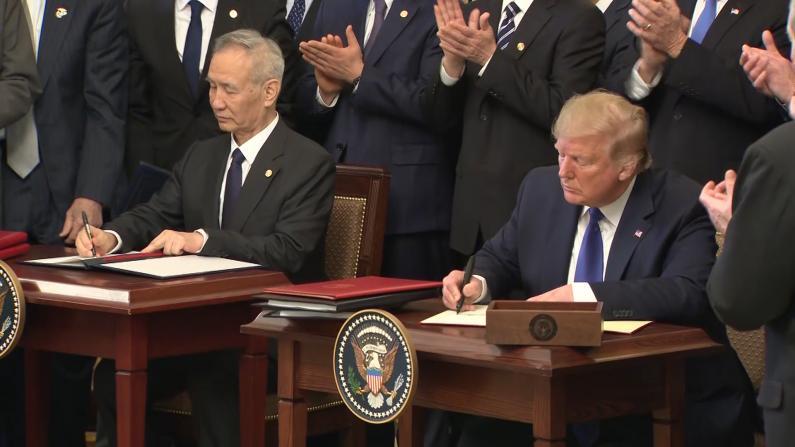 历史性瞬间:美中签署首阶段贸易协议