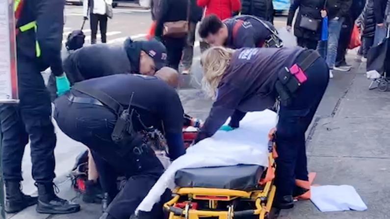 纽约法拉盛黄金商场外广告牌掉落 一名华妇被砸致死