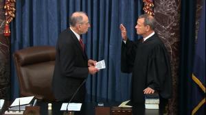 全程实录:弹劾审判前,首席大法官罗伯茨和百名参议员宣誓