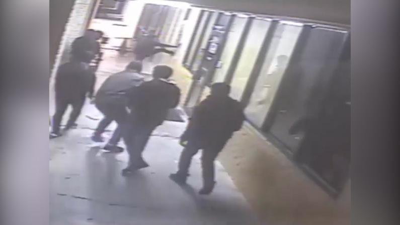 【监控】休斯敦8名持枪歹徒洗劫餐厅 10人被抢1人受伤