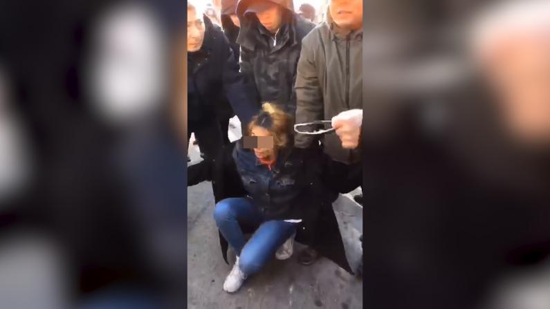 西裔女贼当街盗窃被纽约华社民众合力擒获
