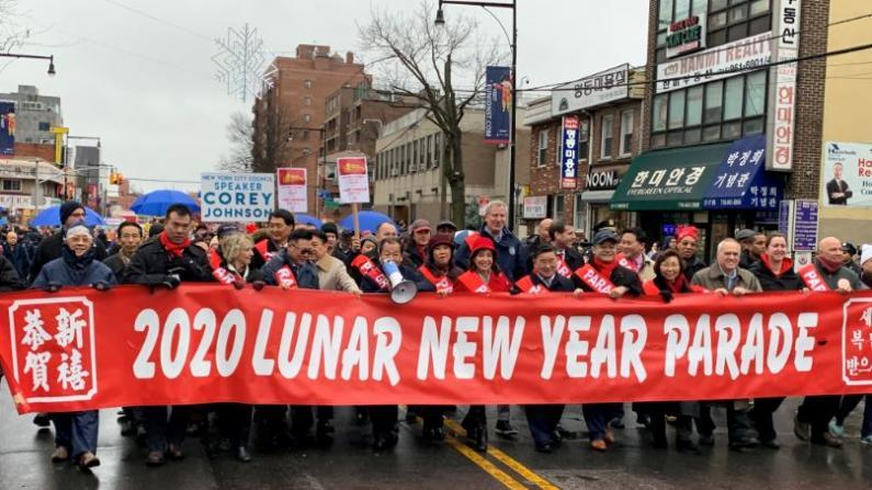 数万民众冒雨同庆农历新春 纽约法拉盛鼠年花车游行登场