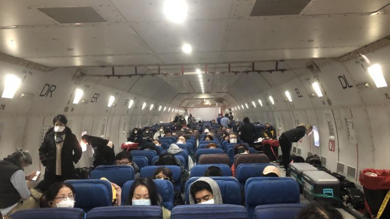 美国撤侨航班落地南加州空军基地 CDC体检 每组20人