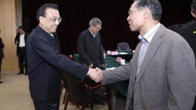 在这个会上,李克强特意与钟南山再次握手