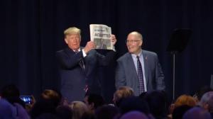 川普高举这份报:一切尽在不言中?