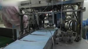 实拍一次性医用外科口罩下线全过程:一分钟自动化生产60个