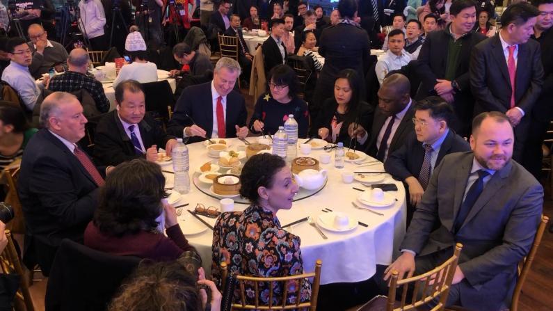 """""""新冠""""期间纽约市府全员出动法拉盛就餐 鼓励华人小商业"""