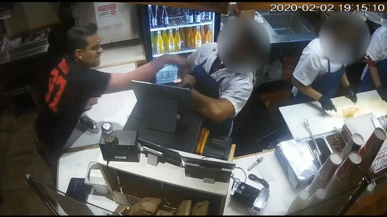 旧金山男子疯狂扔东西砸店员 警方曝光画面寻线索
