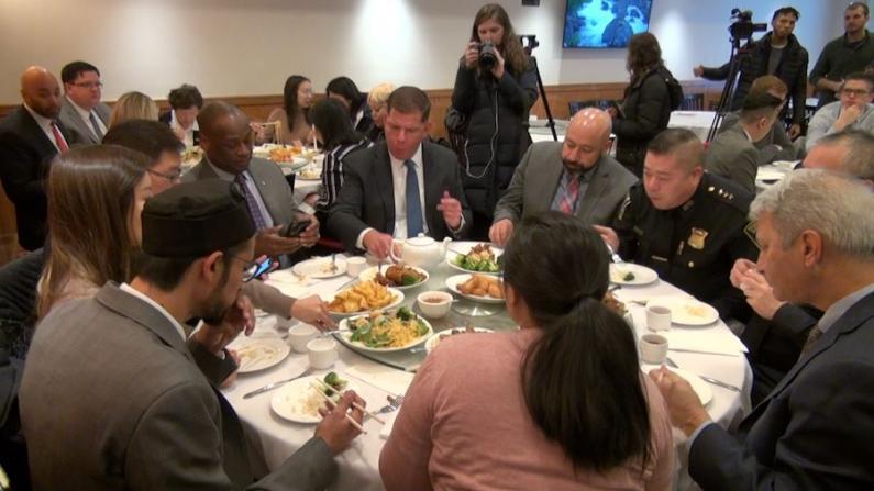 波士顿市长华埠吃中餐 自掏腰包买点心抵制谣言