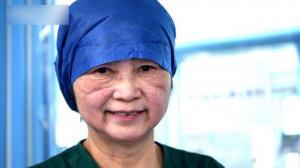 李兰娟进ICU问诊危重症患者 脱下防护服满脸压痕