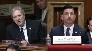 参议员对国安部穷追猛打:口罩够不够?呼吸机够不够?