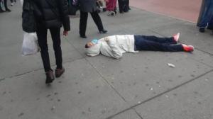纽约法拉盛亚裔男子戴口罩倒地 警方:送医等待检查结果