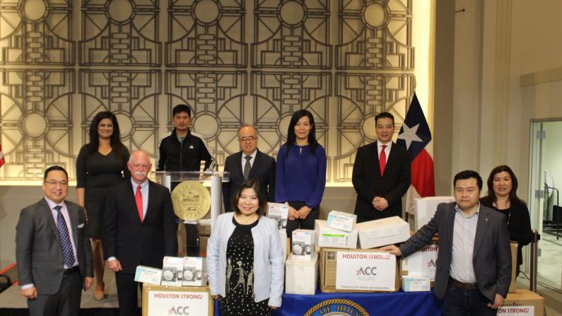 休斯敦亚裔商会捐赠紧急医疗物资 支援一线抗疫