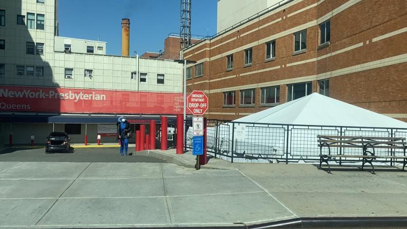 【实拍】不堪重负的纽约医院:检测棚 冷冻停尸车 警力护栏