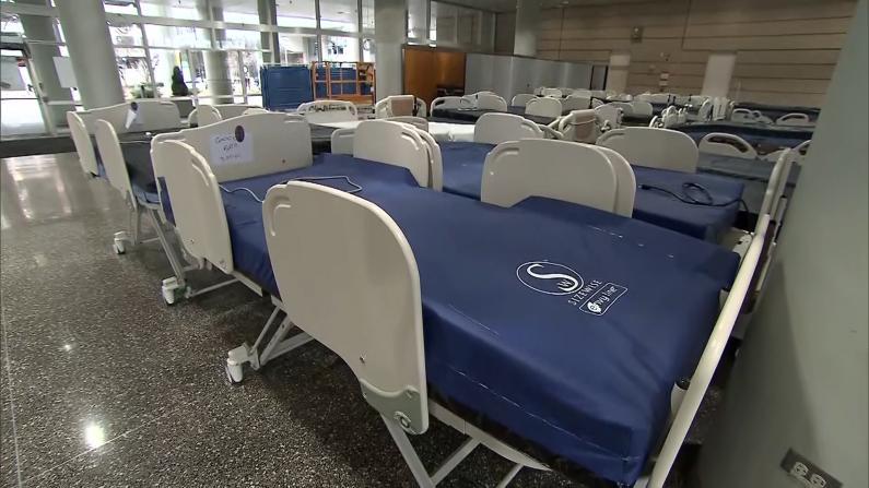 芝加哥医院大厅改造 增加多个床位应对疫情
