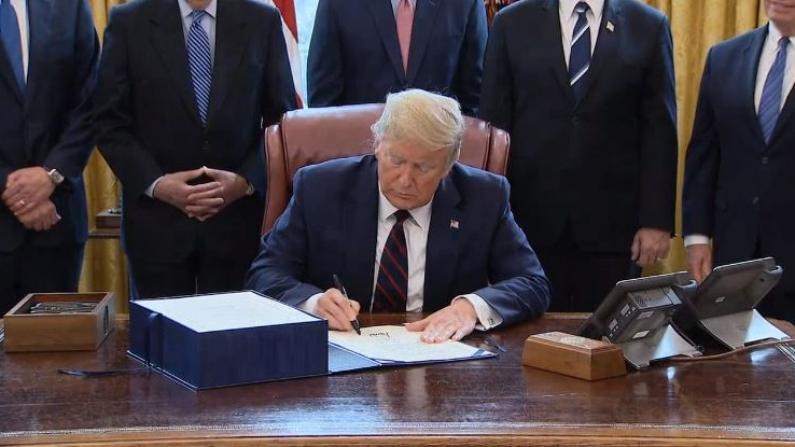 【实录】川普签署2.2万亿纾困法案