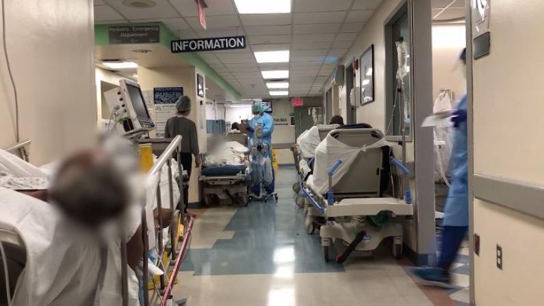 纽约市医院内部画面曝光:病患躺在走廊里,太平间地方不够