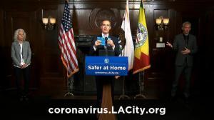 """""""用头巾发卡就能自制口罩!"""" 洛杉矶市长呼吁将医用口罩留给医疗人员"""