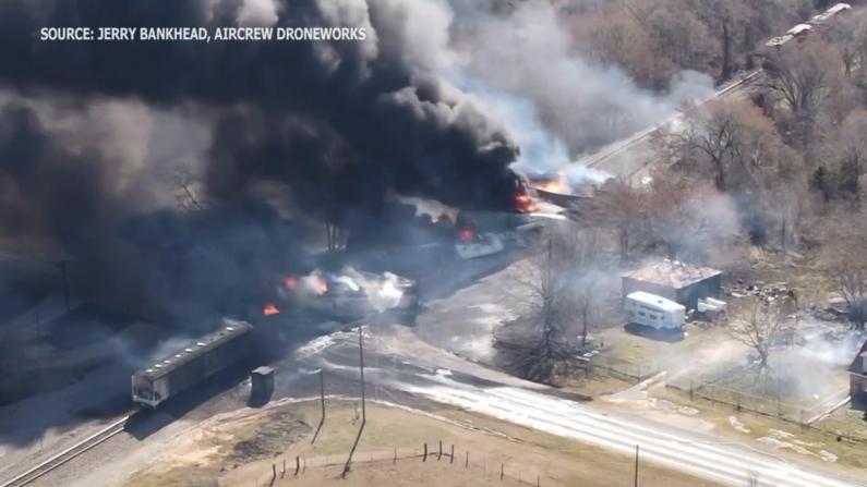 得州满载石油火车同大货车相撞爆炸 现场黑烟滚滚