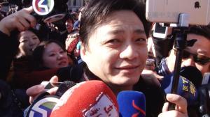 崔永元手持自拍神器与记者对拍 今年继续和转基因死磕