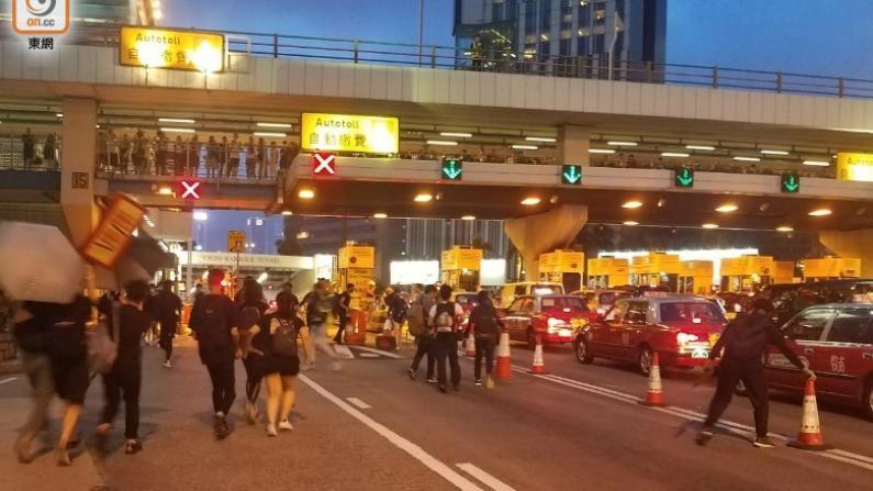 """香港反修例示威持续 抗议者""""快闪""""堵爆公路地铁站"""