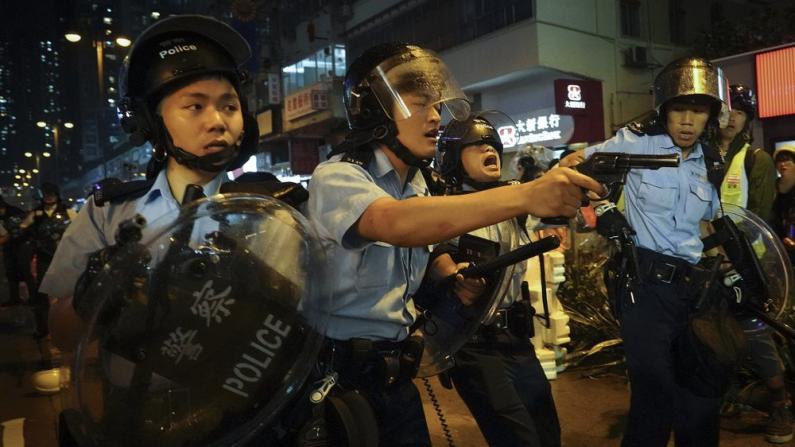 荃湾对峙 港警在生命受威胁下开枪示警 5警员受伤