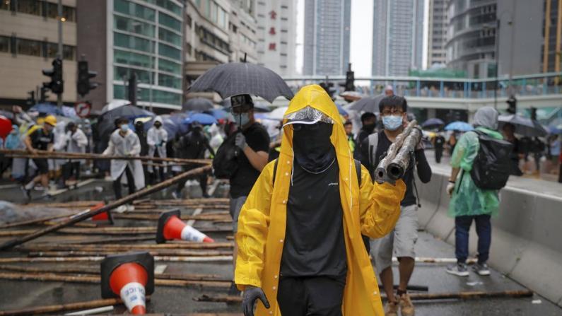 """香港""""反修例""""示威者变本加厉 荃湾骚乱惊现燃烧瓶"""