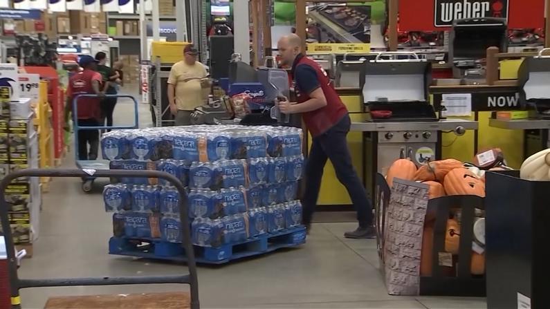 飓风多利安劳工节登陆 民众囤货应对3级飓风灾害