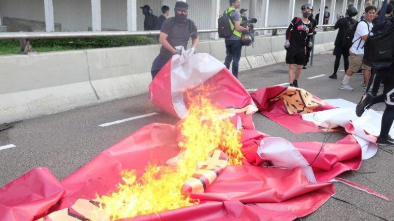 """香港""""反修例""""示威不断 黑衣暴徒再烧国旗"""
