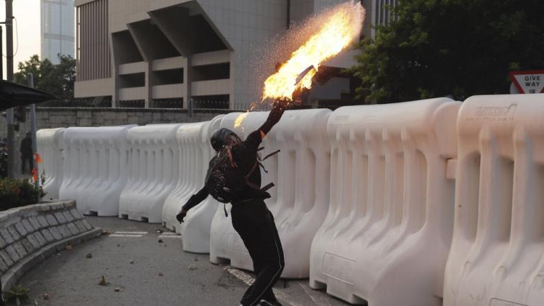 政府总部外围 湾仔地铁站口 香港示威暴徒多处纵火