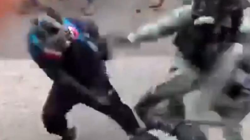 香港示威者屯门殴警 暴徒试图抢警枪未果