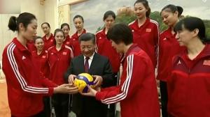 习近平专门邀请中国女排代表参加国庆招待会 同大家合影