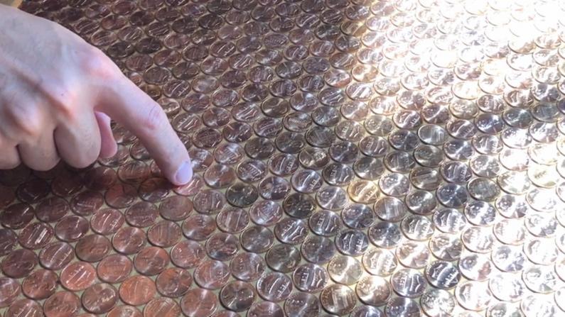 纽约华埠这家新加坡小吃店桌上贴满了钱!