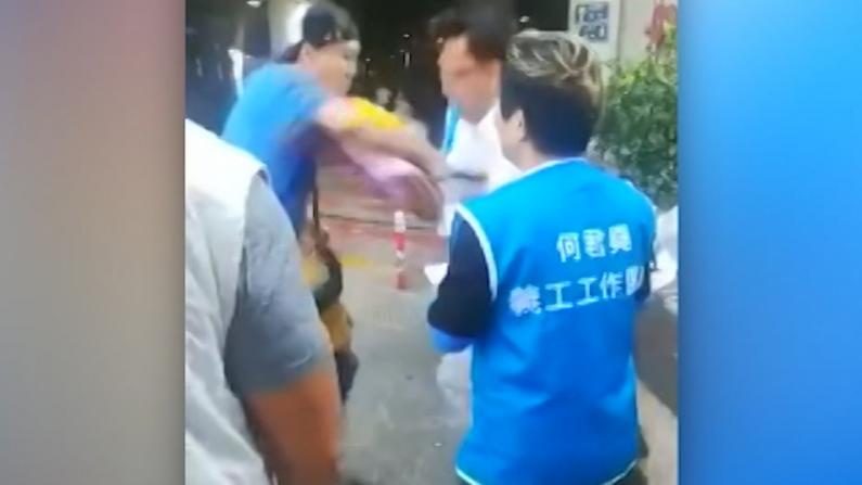 """香港立法会议员何君尧遭暴徒刺伤 手术前发文""""无惧无畏"""""""