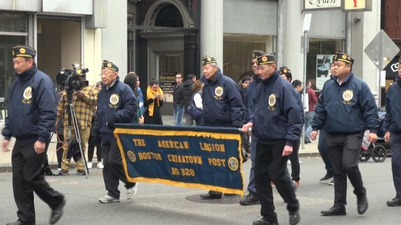 波士顿老兵节 两代华裔退伍军人游行致敬英雄