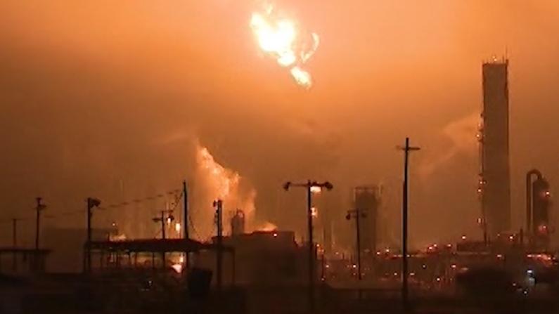 德州化工厂火球冲天 爆炸巨响震动城市