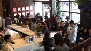 开店半小时迎客百人 全年无休中餐馆假日生意火