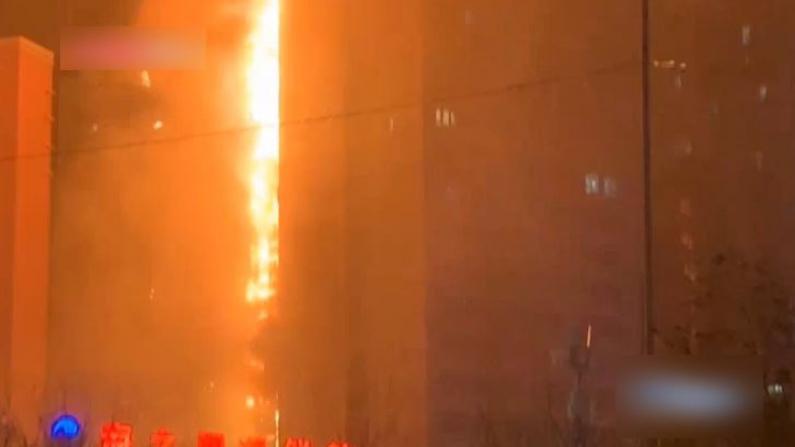 沈阳一高层住宅突发大火 楼外墙体出现掉落