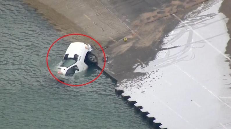 芝加哥市公园局卡车跌入密歇根湖造成交通拥堵