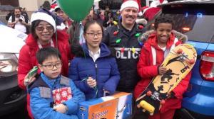 """""""从没收过这么大礼!"""" 纽约警员化身圣诞老人送礼"""