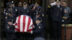数千警员冒雨参加新州枪案殉职警探葬礼