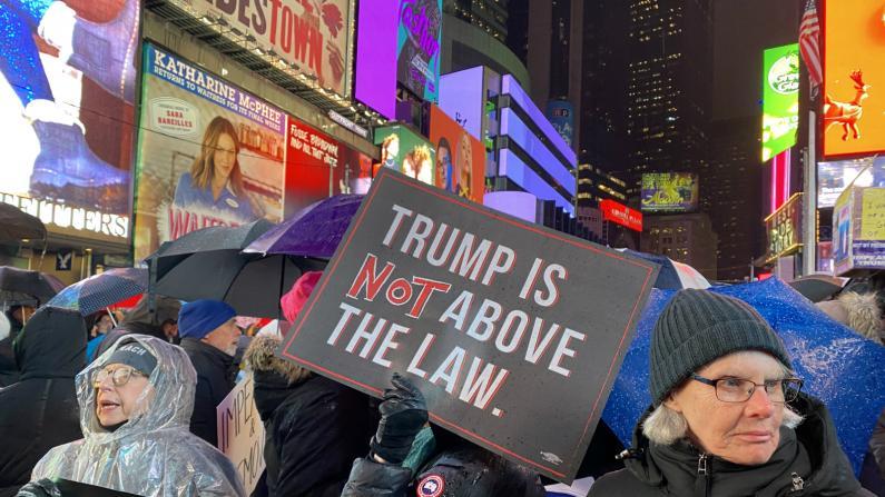 """纽约时报广场万人游行抗议 """"换一个在乎我们的总统"""""""