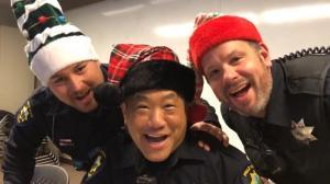 帕罗奥图警员齐唱《铃儿响叮当》表演天赋满分!