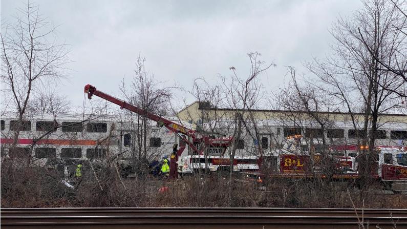 新泽西捷运火车早高峰撞轿车 两女当场死亡