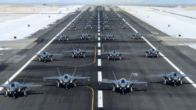 """打击伊朗52个目标?美军52架最新战机震撼上演""""大象漫步"""""""