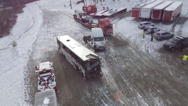 车头完全撞烂……宾州华人大巴车祸调查视频公布