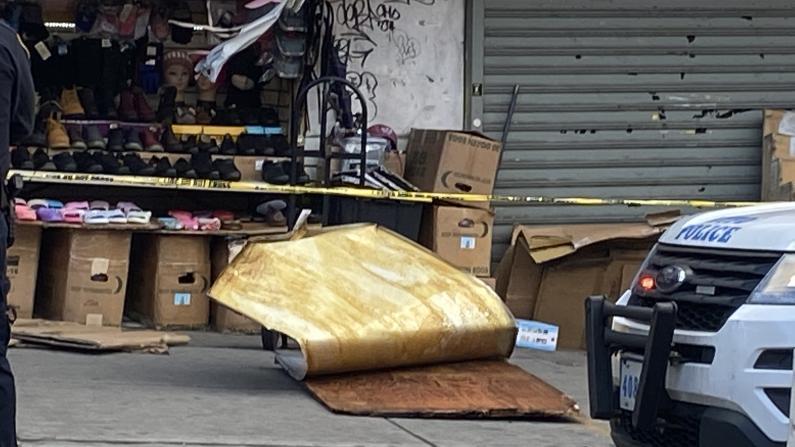 强风刮落纽约法拉盛商场广告牌 砸中华妇不幸身亡