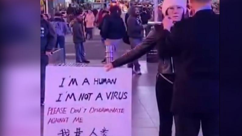"""纽约街头感动一幕""""我是人类,我不是病毒"""""""