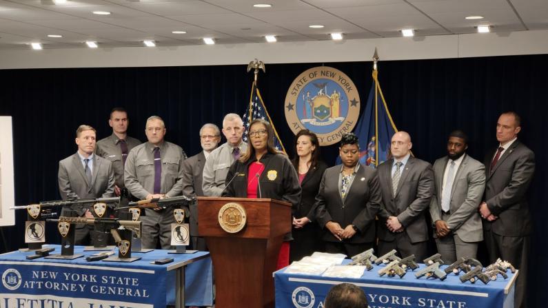 卖枪售毒未料买家是纽约警方 5名嫌犯面临累计107项控罪